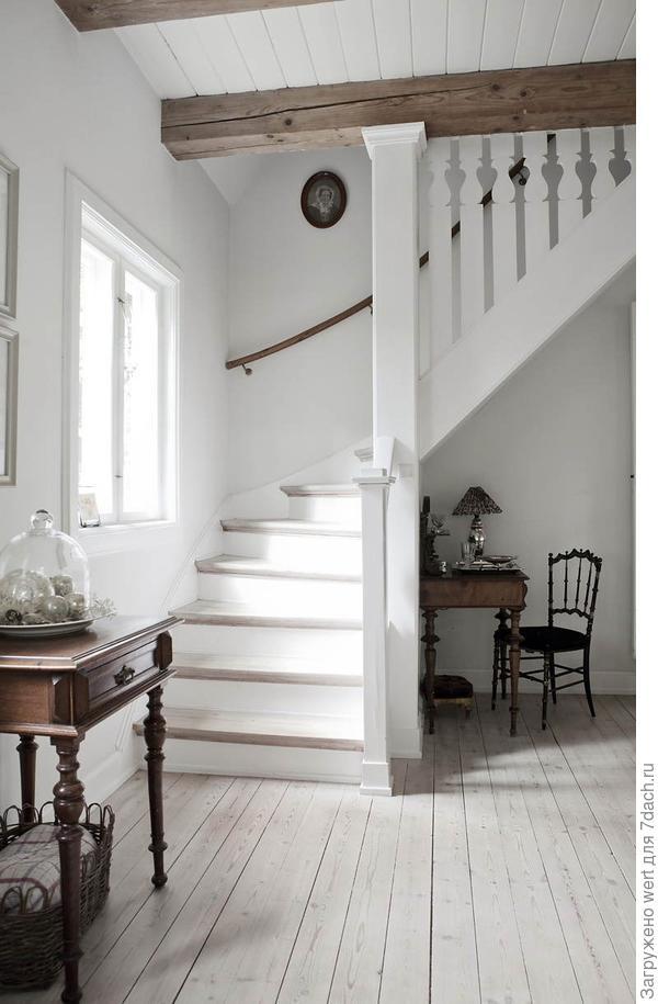 Лестничный холл, белый