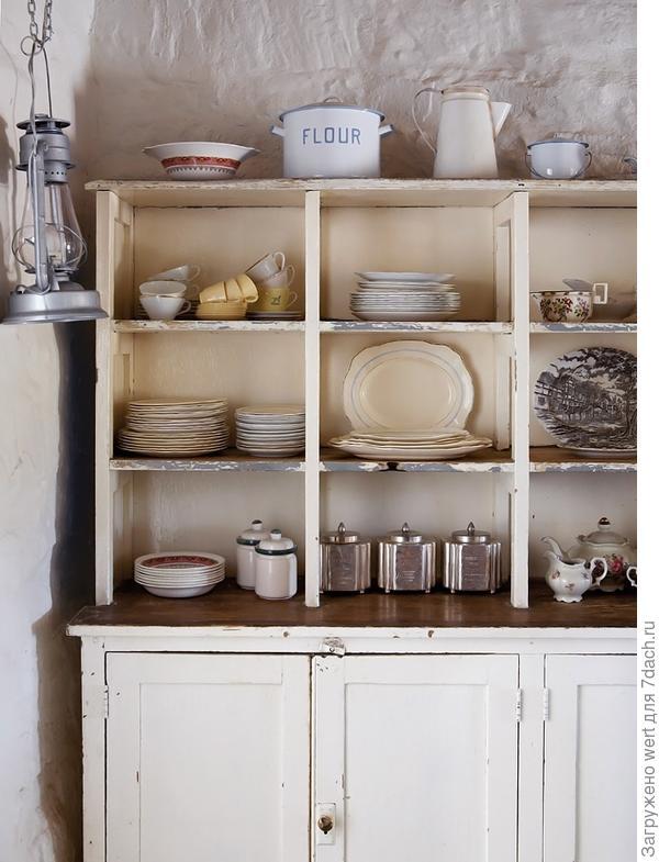 Буфет на кухне с посудой в стиле шебби-шик