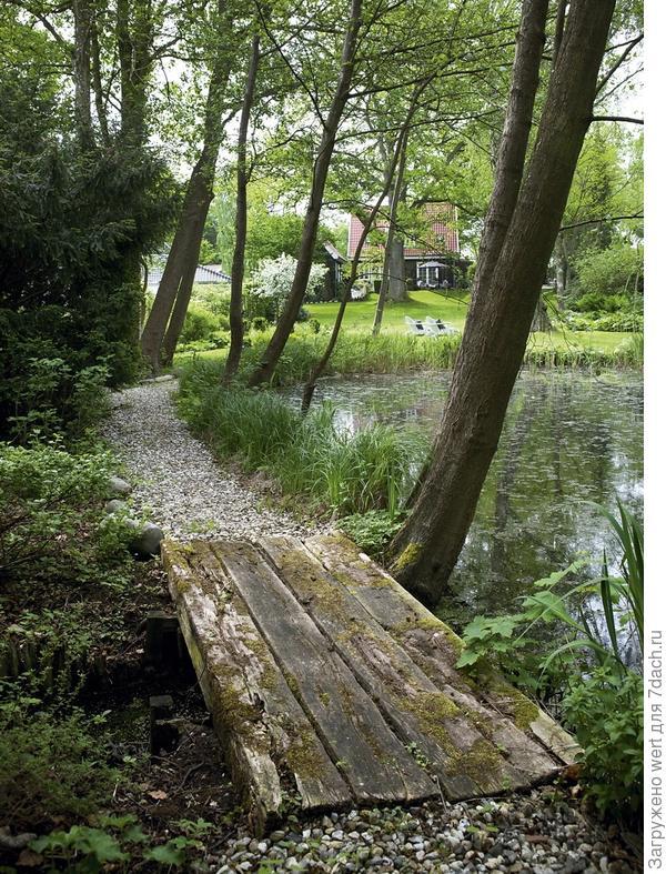 Дорожка у пруда, мостик через речку