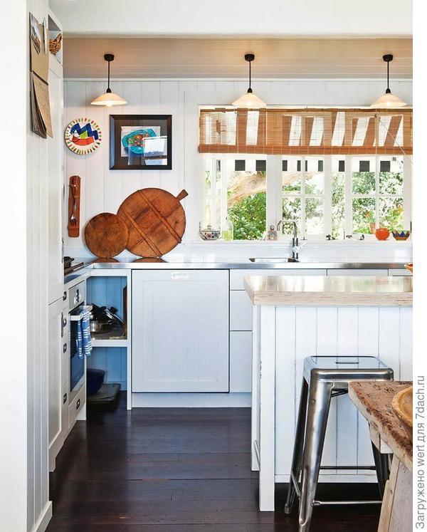 Белая кухня в загородном доме, дизайн интерьера