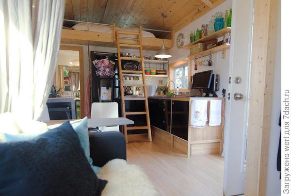 Проход в кухню и спальню можно закрыть шторой. Фото с сайта tinyhousetalk.com