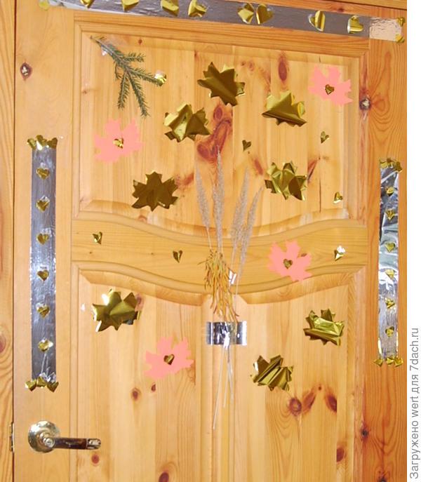 Украшение декор двери (стен) из аппликаций из золотых листьев