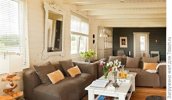 Деревянный дом, полностью открытый природе