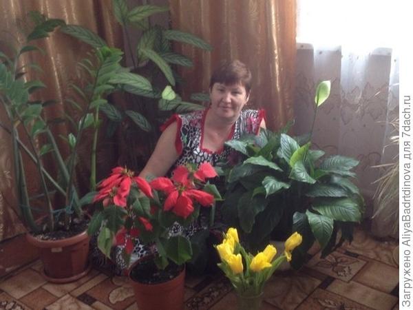 Моя мамуля со своими любимыми цветами =)