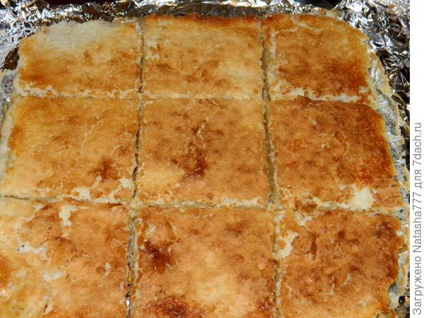 остывший пирог нарезаем на квадратики