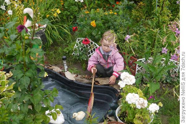 Внучка у пруда
