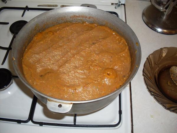 Добавить распущенные баклажаны и томаты