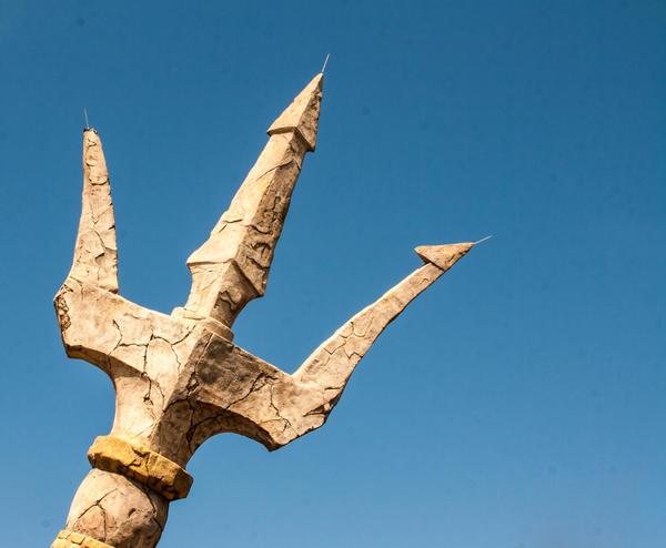 Символы дня: трезубец, корабль, жезл
