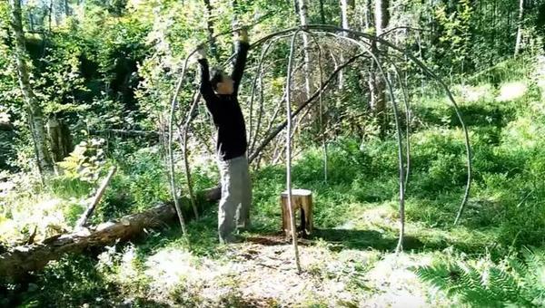 Домик из прутьев и пленки