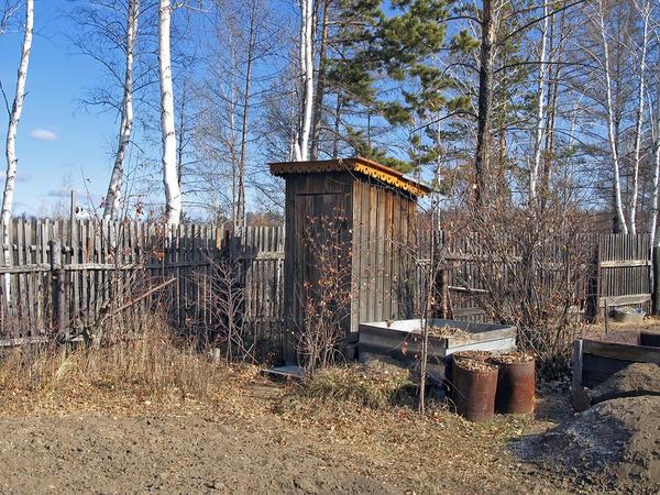 Самая простая ёмкость — обычная яма, выкопанная в земле. Различают ямы-накопители с фильтрующим дном и не фильтрующие. Сверху выгреб прикрывается строением — туалетной кабинкой.