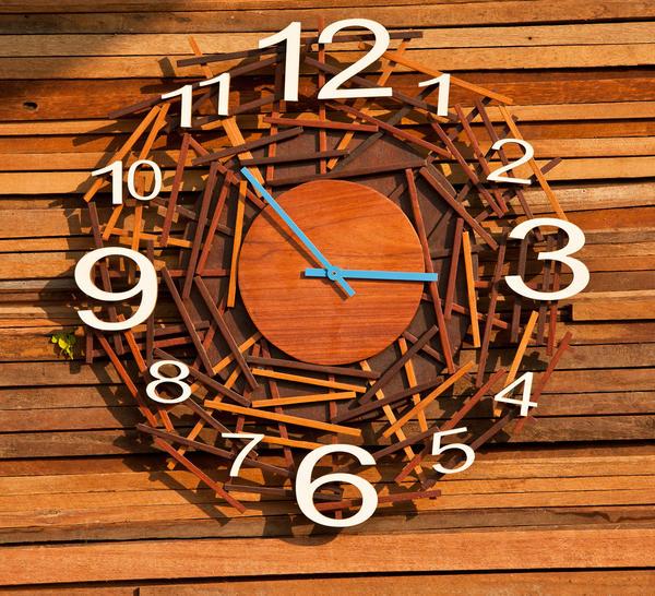 Необычные часы могут стать изюминкой дачного интерьера