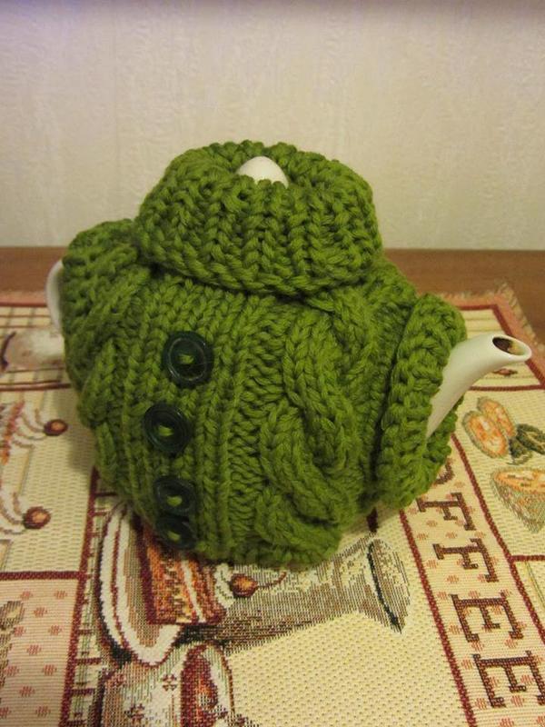 Вяжу новогодние подарки друзьям. Например, вот такой забавный свитерок на чайник.