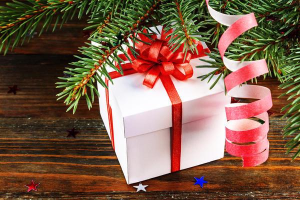 Ну скорее-скорее-скорее расскажите, что же вам принес в этом году Дед Мороз под елочку?