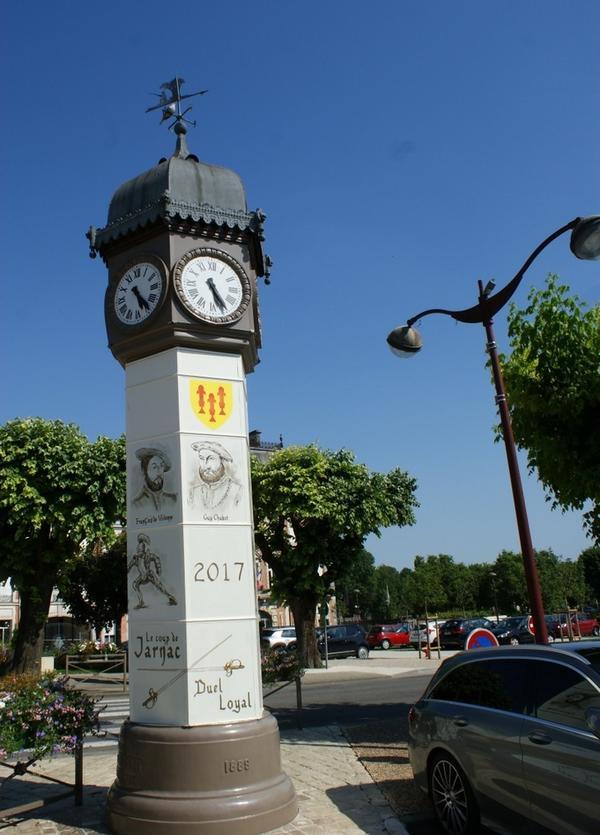 Здесь находятся главные часы города с исторической памяткой.