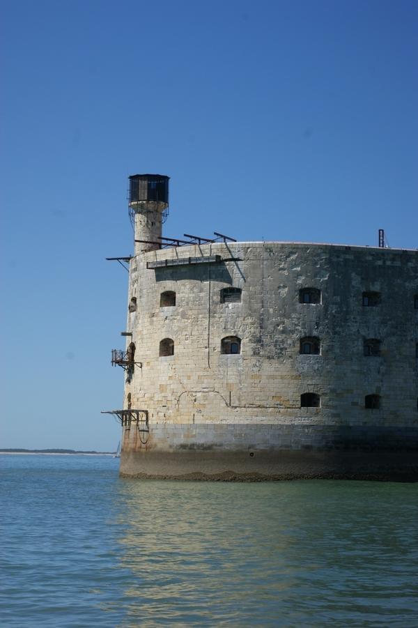 И вот, после его окончания, выяснилось, что форт никому не нужен. Дальность огня береговых батарей вполне позволяет перекрыть пролив.  Практически с самого открытия форт стал использоваться как тюрьма...