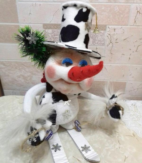 """Но знаете ли вы, какие из них получаются замечательные куклы!?? Они так и называются """"чулочные куклы"""", о которых я узнала на мастер классе Елены Лаврентьевой. Это завораживает, вот и я решила сделать собачку к новому году.    И так меня это затянуло, что я стала делать снеговиков на лыжах с елкой, снеговушек на санках и другие разные куклы."""