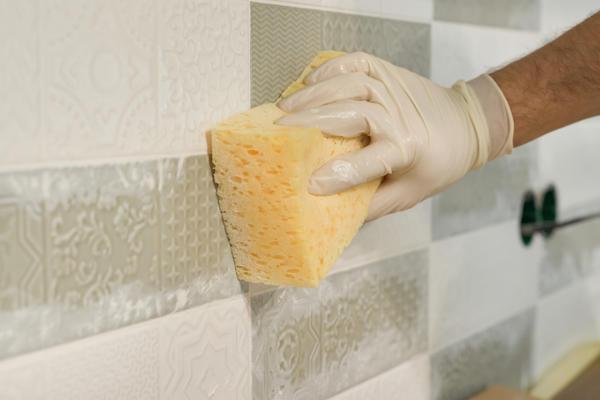Чем отчистить следы от строительных материалов: затирки, шпаклевки, плиточного клея, клея от скотча?