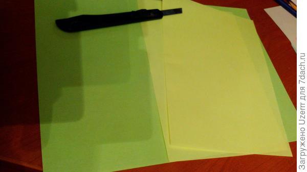так же можно взять резак,чтобы удобнее было разрезать листы пополам..я брала 2 листа желтых и 2 листа зеленых