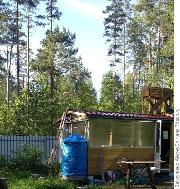 Водосборная бочка (слева от дома под синим тентом) на крыше  -верхний бак