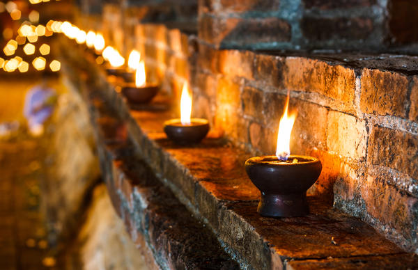 Плошки с горящими в них свечами — это несложно, доступно и чрезвычайно эффектно