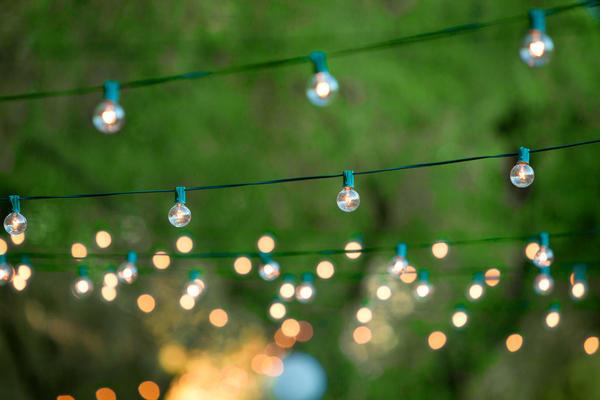 Вполне можно подобрать красивые и недорогие садовые светильники