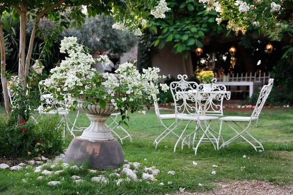 Цветы и стильные аксессуары добавят настроению романтичности