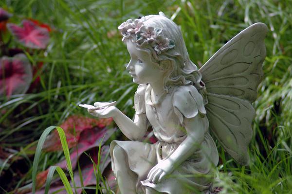 Садовые фигурки - эльфы, феи, ангелочки - смотрятся оригинально и очень нежно