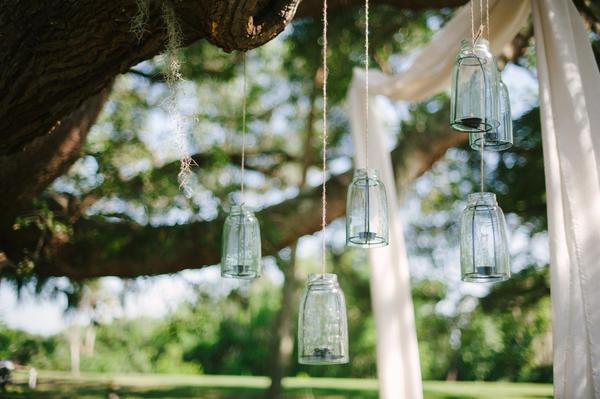 Стеклянные банки и бутыли с широким горлом — превосходные садовые подсвечники