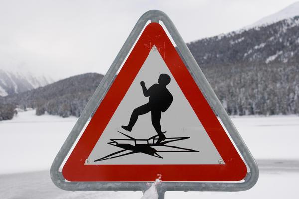 Ни в коем случае нельзя выходить на лед в темное время суток и при плохой видимости