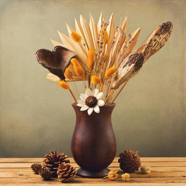 Шишки, веточки деревьев и кустарников, яркие грозди рябины или калины, плоды декоративной тыквы, даже красивые камни могут быть использованы для натюрмортов и аранжировок