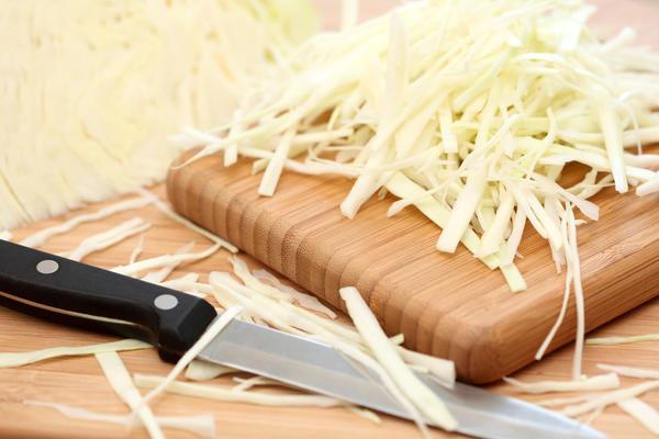 Шинкуем капусту удобным для себя способом, вручную или на шинковке, соломкой или кубиками