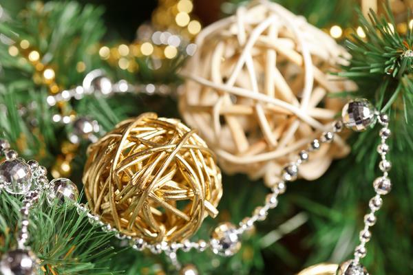 Плетеные шары легко сделать из лозы или прутьев