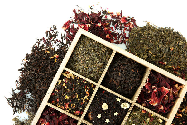 Если кроме листьев, у вас есть и сушеные ягоды (земляники, смородины, брусники) - непременно добавьте их тоже