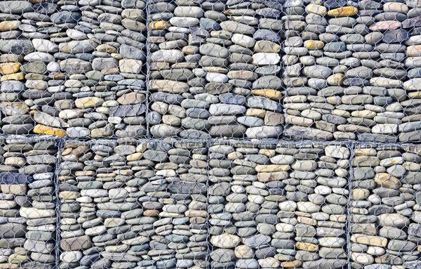 Плоские камни в габионах