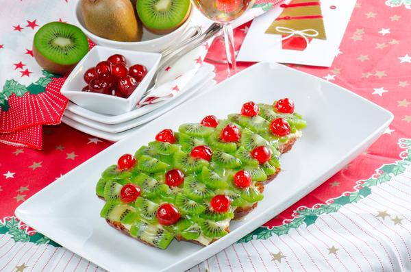 Такой вариант декора подойдет не только для сладкого пирога, но и для украшения салата
