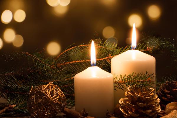 Толстые свечи на праздничном столе