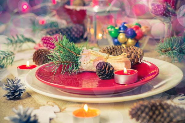 Украшение праздничного стола шишками
