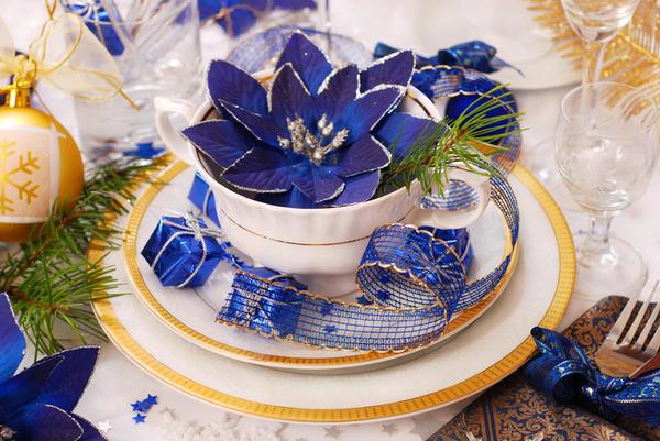 Сине-бело-золотая гамма для праздничного стола