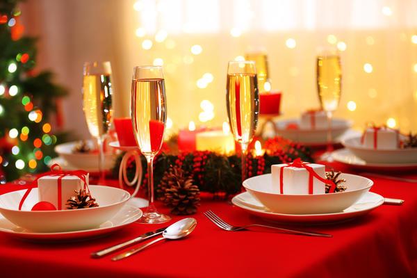 Бело-красное оформление новогоднего стола