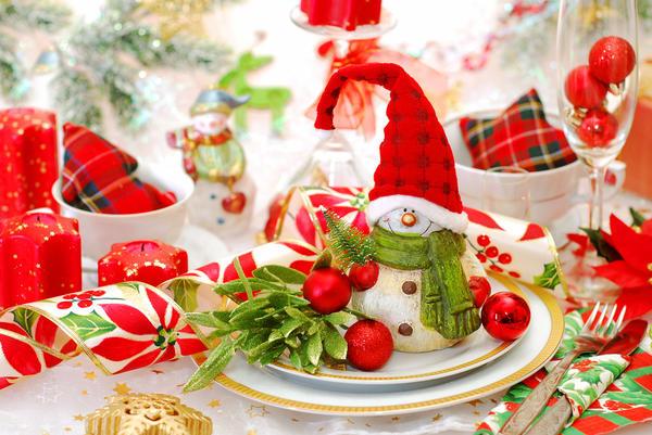 Украшение новогоднего стола фигурками снеговиков