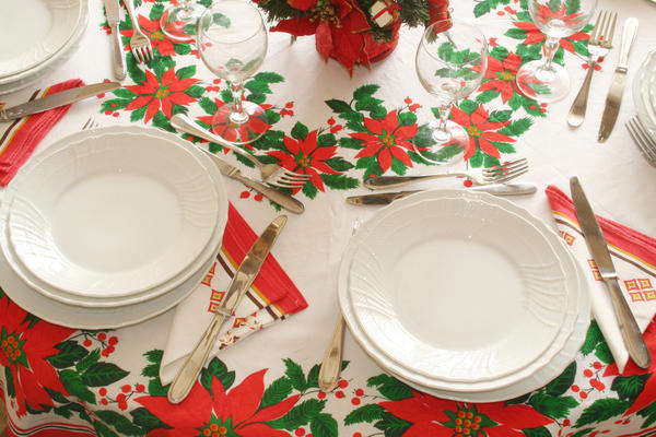 Новогодний стол в зелено-бело-красных тонах