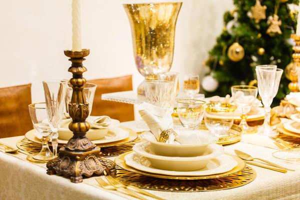 Бело-золотой стол