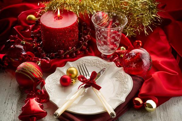 Шары в новогоднем украшении стола