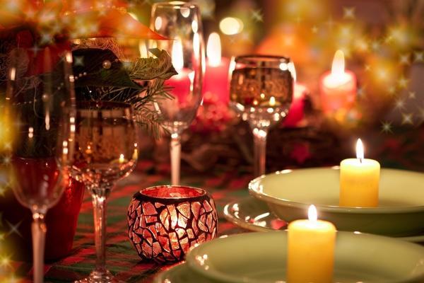 Свечи и подсвечники на новогоднем столе