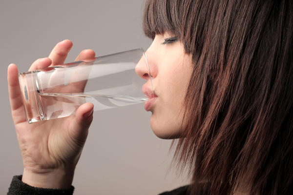 Непосредственно перед трапезой выпейте стакан негазированной воды