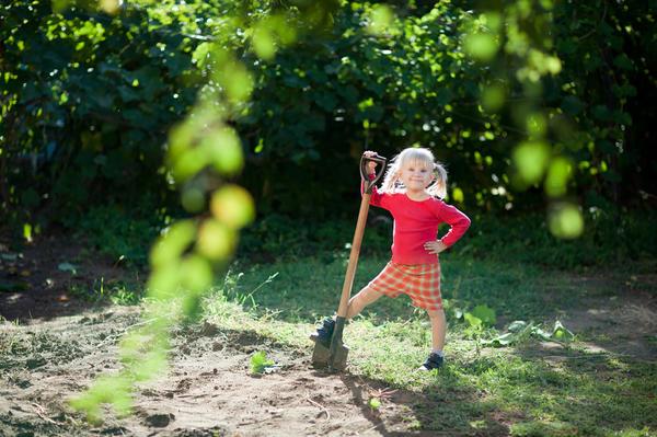 Девочка с лопатой на даче