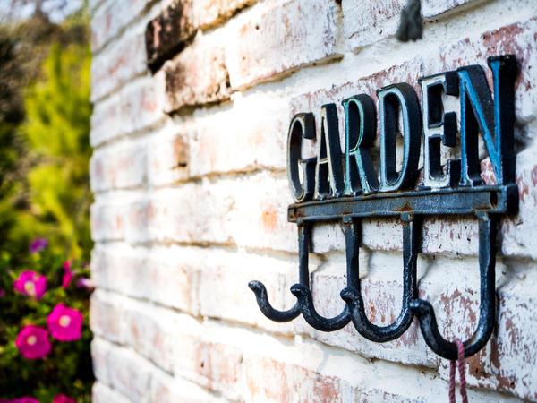 Садовый инвентарь - едва ли не первое, что приходит в голову