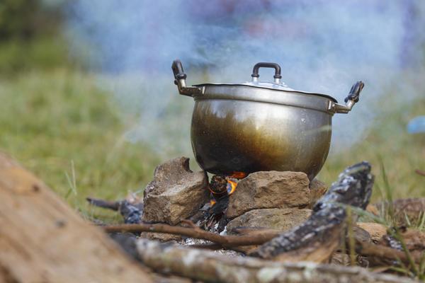 Не всякая посуда подходит для приготовления еды на открытом огне или на углях