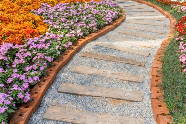 Оригинальные комбинированные садовые дорожки сегодня можно встретить на многих садовых участках