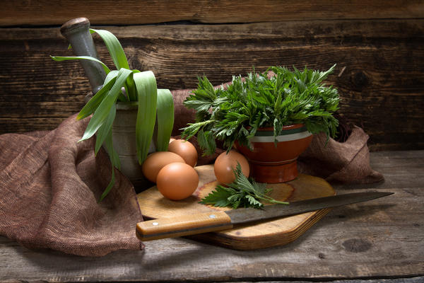 Пока кругом полно свежей зелени, лучше употреблять крапиву в пищу сырой